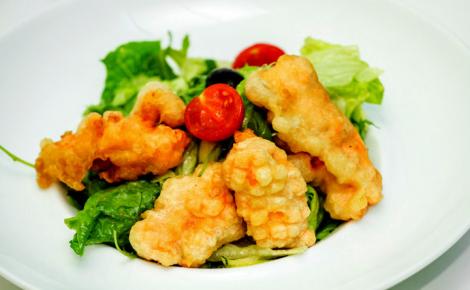 Микс-салат с лососем темпура
