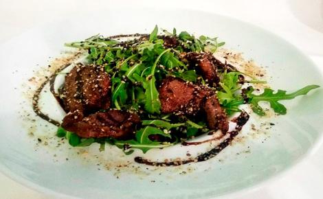 Салат с рукколой и телятиной